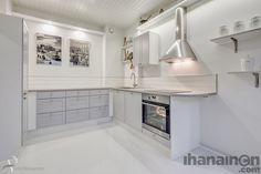 Ihanainen.com sisustussuunnittelu. Helmiina-kodin tyylikäs ja tilava keittiö. #sisustus #sisustussuunnittelu #tampere #kitchen #keittiö