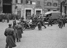"""Il 16 ottobre 1943, il """"sabato nero"""" del ghetto di Roma, alle 5.15 del mattino le SS invadono le strade del Portico d'Ottavia e rastrellano 1.024 persone, tra cui oltre 200 bambini. Partiranno due giorni dopo dalla stazione Tiburtina, in direzione del campo di concentramento di Auschwitz in territorio polacco. Solo quindici uomini e una donna ritorneranno a casa dalla Polonia."""