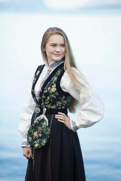 Portrett av Fotograf Gøril Sætre Folk Costume, Costumes, Wedding Story, Queens, Graduation, Victorian, Traditional, Natural, Photography