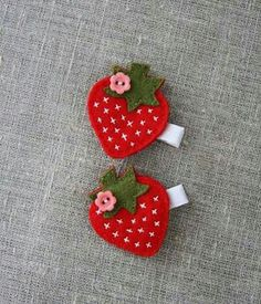 Strawberry hair clip, red, green, white grosgrain ribbon covered clip – by Plush… – Handwerk und Basteln Felt Hair Clips, Baby Hair Clips, Felt Flowers, Fabric Flowers, Felt Hair Accessories, Strawberry Hair, Barrettes, Hairbows, Felt Bows