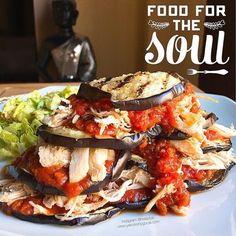 Torre de berenjena al horno con tomate y pollo desmechado -1 berenjena - sofrito fit - pollo desmechado - alabahaca