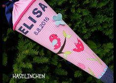 Die Schultüte wurde aus hochwertigen  Baumwollstoffen genäht, bestickt und appliziert.  Namen mit max. 6 Buchstaben werden appliziert, längere Namen werden gestickt.  Den Namen Ihres Kindes...