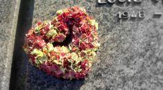 Iedere bloem en elke kleur heeft zijn eigen betekenis. Klik op de volgende link http://www.uitvaart-weetjes.nl/info/betekenissen/6/betekenis-bloemen/ 1 TIP: geef liever bloemen in levende lijve dan een duur rouwstuk.