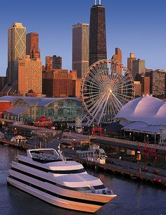 A great view of Chicago skyline behind Navy Pier Visit Chicago, Chicago Travel, Chicago City, Chicago Skyline, Chicago Illinois, Milwaukee City, The Places Youll Go, Places To Visit, Lago Michigan