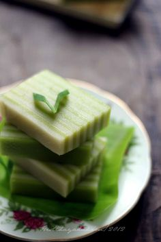 HESTI'S KITCHEN : yummy for your tummy: Kue Lapis Pandan Asian Snacks, Asian Desserts, Sweet Desserts, Sweet Recipes, Thai Dessert, Dessert Drinks, Dessert Recipes, Indonesian Desserts, Indonesian Cuisine