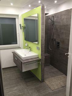 Badezimmer mit begehbarer Dusche. Fliesen in Betonoptik.