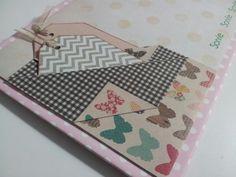Detalle bolsillo en contraportada con tags en papel decorado.