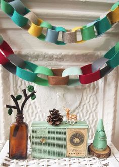 You don't need a sewing machine to make this festive chain garland – just felt, scissors and a little creative inspiration.(How To Make Christmas Garland) Diy Christmas Garland, Felt Christmas Decorations, Retro Christmas, All Things Christmas, Christmas Holidays, Whimsical Christmas, Christmas Sewing, Christmas Christmas, Xmas