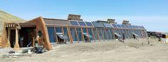 Una earthship (significa en castellano nave tierra) es un tipo de casa hecha con materiales naturales o reciclados. Diseñadas originalmente por la empresa Earthship Biotecture of Taos en Nuevo México, generalmente están hechas para funcionar autonomamente y construidas generalmente de neumáticos rellenos de tierra, usando la masa termal para regular de manera natural la temperatura interior.  Seguir leyendo: http://ecoinventos.com/razones-para-vivir-en-una-earthship/#ixzz3YQKkBE3C