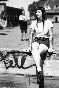 Skinhead gal :) oh my god Chica Skinhead, Skinhead Girl, Skinhead Fashion, Punk Fashion, Girl Fashion, Skinhead Style, Skinhead Reggae, Punk Goth, 1970s