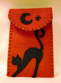 This would make a cute candy bar cover for a Halloween treat Felt Phone Cases, Felt Case, Halloween Quilts, Halloween Crafts, Cat Crafts, Sewing Crafts, Felt Bookmark, Felt Material, Felt Decorations