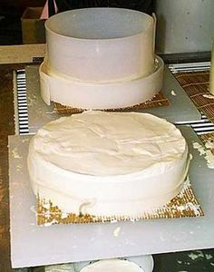 Learn how to make traditional Brie in your home. With just a few ingredients, this recipe will guide you in making Brie that stands out in a crowd. Read now. Fromage Vegan, Fromage Cheese, Butter Cheese, Wine Cheese, Milk Recipes, Cheese Recipes, Dairy Recipes, How To Make Cheese, Food To Make