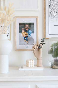 Ajoutez un cadre personnalisé avec une jolie photo sur votre mur de cadres. Jolie Photo, Illustrations, Day, Frame, Photos, Home Decor, Wall Of Frames, Happy Name Day, Wall Art