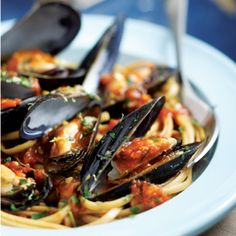 Italian Mussels & Pasta Italian Mussels & Pasta This combination of mussels with plenty of garlic, parsley, saffron and white wine was inspired by the Venetian soup zuppa de peoci, which is usually ladled over sliced crusty bread. Here we serve it over pa Pastas Recipes, Fish Recipes, Seafood Recipes, Mussel Recipes, Seafood Meals, Uk Recipes, Meal Recipes, Recipes Dinner, Recipies