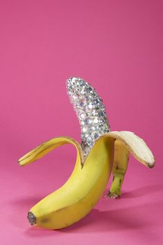 Bling Banana - Alice Pilsworth Creative Photos, Creative Art, Haut Routine, Banana Art, Boujee Aesthetic, Glitter Art, Fruit Art, Aesthetic Iphone Wallpaper, Everyday Objects