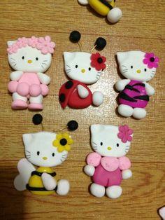Hello kitty in costumes Hello Kitty Themes, Hello Kitty Cake, Sanrio Hello Kitty, Polymer Clay Animals, Polymer Clay Dolls, Polymer Clay Projects, Crea Fimo, Clay Cats, Fondant Animals
