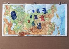 Eliminieren! Eliminieren! TARDIS Doctor Who Daleks Linoprint … zweifarbiger Linoldruck auf Weltkarte der 50er Jahre … Motiv ist handgeschnitten & handgedruckt … Bildgröße 3x A4 // 66 x 33 cm