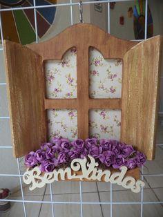 Casinha Bem Vindos  com floreira, flores de papel.