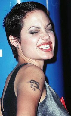 Picture of Angelina Jolie Angelina Jolie Body, Angelina Jolie Pictures, Hackers Angelina Jolie, Pixie Hairstyles, Pixie Haircut, Shaved Head, Foto Art, Grunge Hair, Role Models