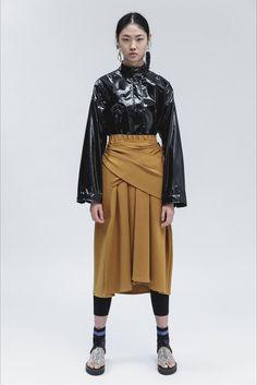 Guarda la sfilata di moda 3.1 Phillip Lim a New York e scopri la collezione di abiti e accessori per la stagione Pre-collezioni Primavera Estate 2018.