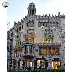 Built in 1905 by the architect Lluís Domènech i Montaner, the atmosphere of Casa Lleó i Morera guards treasures of modernista craftsmanship in Barcelona. +INFO www.casalleomorera.com.  Picture @visitbarcelona (Instagram)