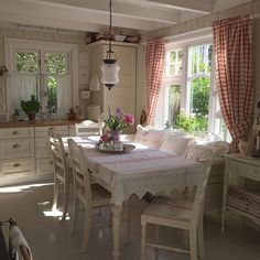 shabby chic kitchen designs – Shabby Chic Home Interiors Shabby Chic Kitchen Table, Cozy Kitchen, Country Kitchen, Kitchen Decor, Cottage Kitchens, Home Kitchens, Style Cottage Anglais, Chic Bathrooms, Country Bathrooms