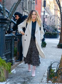 Leather Midi Skirt, Skirts With Boots, Cold Weather Fashion, Dior Couture, Sarah Jessica Parker, Black Midi Dress, Black Blazers, Nice Dresses, Celebrity Style