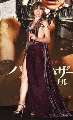 Milla Jovovich in Elie Saab attends the world premiere of 'Resident Evil The Final Chapter' at the Roppongi Hills on December 13 2016 in Tokyo Japan Gorgeous Eyes, Most Beautiful, Beautiful Ladies, Red Carpet Gowns, Milla Jovovich, Night Looks, Resident Evil, Beautiful Celebrities, Beautiful Outfits