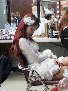 T-ara's Hyomin takes a photo of sleeping Qri ~ Latest K-pop News - K-pop News | Daily K Pop News