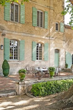 Rustic and elegant: Provençal home, European farmhouse, French farmhouse, and French country design inspiration from Chateau Mireille. South of France century Provence Villa luxury vacation rental near St-Rémy-de-Provence. French Cottage, French Country House, French Farmhouse, French Patio, Villa Luxury, Luxury Villa Rentals, Country Farmhouse Decor, French Country Decorating, Country Kitchen