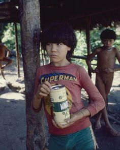 Exposição Viveiros de Castro: Kãnĩatã-no, hoje líder da tribo Paratatsi, ainda menino, com shorts Adidas e uma camiseta do Superman (1982) (Foto: Eduardo Viveiros de Castro)