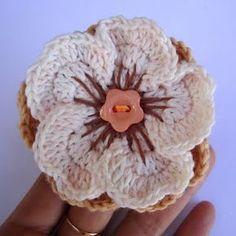 Flor de crochet con botón sencillo de plástico