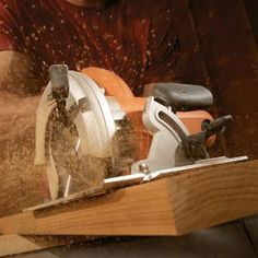 Woodworking Circular Saw Circular Saw Tips and Techniques. Brush up on the basics with this collection of circular saw do's and don'ts. - Brush up on the basics with this collection of circular saw do's and don'ts Circular Saw Reviews, Best Circular Saw, Woodworking Techniques, Woodworking Projects, Woodworking Plans, Woodworking Essentials, Woodworking Basics, Workbench Plans, Learn Woodworking