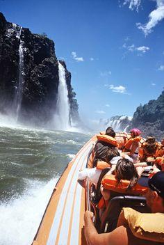 """Quer um passeio diferente com bastante adrenalina?  Então conheça o Macuco Safari, um passeio no meio das águas das Cataratas do Iguaçu. Quando chega no ponto máximo dos saltos batizados de """"Três Mosqueteiros"""", a sensação é incrivelmente divertida.  Uma dica para quem quer fazer o passeio: use roupas leves!  Para hospedagem e mais informações, acesse: www.turrancehotel.com.br"""