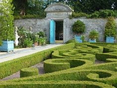 large wooden planters in formal garden swirls Boxwood Garden, Garden Hedges, Garden Gates, Large Wooden Planters, Formal Garden Design, Classic Garden, Formal Gardens, Exterior, Interior Garden