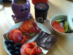 Rose Frühstück: eine bnte Mischung verschiedener Leckereien, dazu Gemüse und die bekannte Krakentasse