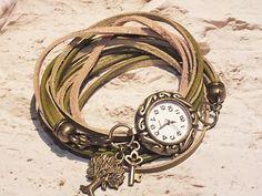 Romantische Leder Armbanduhr im Vintage Stil, angefertigt aus Nappaleder und Velourlederriemen in fantastischen Grüntönen.  Tree of live