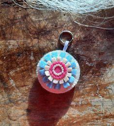 """Schlüsselanhänger Filz - rund """"Blume"""" von BernadettHackner auf Etsy Crochet Earrings, Pendant Necklace, Etsy, Jewelry, Flower, Felting, Craft Gifts, Round Round, Beads"""