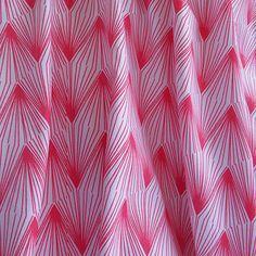 Tissu coton motifs géometriques rouges, fond blanc : Tissus Habillement, Déco par mlle-en-jupon