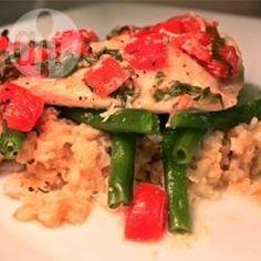 Tilapia mit Weißwein und Tomaten - Ein super schnelles, einfaches Rezept für Tilapia, der in Folie mit Tomaten gegrillt wird. Dadurch bleibt der Fisch besonders saftig.@ de.allrecipes.com