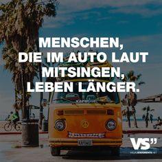 Visual Statements®️ Menschen, die im Auto laut mitsingen, leben länger. Sprüche / Zitate / Quotes / Musik / Emotionen / Lieder / singen / witzig / nachdenken / Song