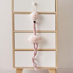 Este amigurumi en forma de flamenco es un proyecto muy divertido con el que decorar la habitación del bebé o de los pequeños de la casa. Pon en práctica los puntos básicos de tricot y crochet para hacer las diferentes partes del flamenco con Katia Polar y Katia Bambi. Bambi, Crochet Stitches, Crochet Hooks, Flamingo Toy, Techniques Couture, Rabbit Toys, Crochet Bear, Yarn Shop, Bear Toy