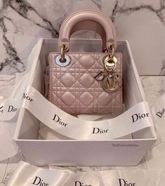 Shared by 𝐊𝐑𝐈𝐒𝐓𝐀𝐋𝐐𝐔𝐄𝐄𝐄𝐍 🇦🇲. Find images and videos about fashion, luxury and bag on We Heart It - the app to get lost in what you love. Luxury Purses, Luxury Bags, Accesorios Casual, Fashion Bags, Fashion Women, Fashion Clothes, Fashion Fashion, Fashion Ideas, Cute Bags