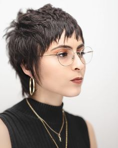 Brunette Cropped Razor Cut Mullet with Messy Texture and Choppy Fringe with Side., HAİR STYLE, Brunette Cropped Razor Cut Mullet with Messy Texture and Choppy Fringe with Sideburns Short Fall Hairstyle. Mullet Haircut, Mullet Hairstyle, Punk Pixie Haircut, Hairstyle Ideas, Chaotischer Pixie, Choppy Pixie Cut, Funky Pixie Cut, Short Choppy Bangs, Messy Pixie Cuts