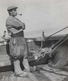 Visser uit Marken, aan boord van een schip. #NoordHolland #Marken