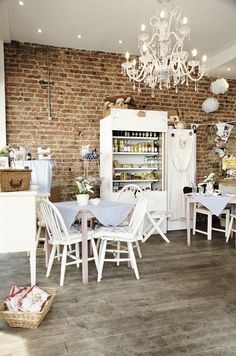 I don't mind a kitchen like this. Love the chandelier.