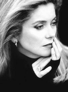 """""""A nő élete olyan, mint egy hegy. Először felfelé visz, de aztán már csakis lefelé.""""  Catherine Deneuve"""
