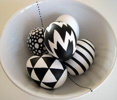 Hanne Broch: grafiske påskeæg Egg Crafts, Easter Crafts, Holiday Crafts, Easter Egg Designs, Egg Art, Easter Party, Egg Decorating, Happy Easter, Painted Rocks