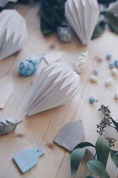 DIY Plissee Anhänger falten mit Schritt für Schritt Videoanleitung - Weihnachtsbaumanhänger aus Papier selbermachen - Stern, Diamant und Glockenform - Skandinavische Deko - schlichte Weihnachtsdeko #faltanleitung #origami #weihnachtsbaumschmuck Origami, Paper Crafts, Diy Crafts, Diy Weihnachten, Blog, Handmade, Diy Papier, Winter Ideas, Diy Baby