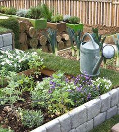 Un petit potager en bacs s'organise avec peu de moyens pour cultiver soi-même les légumes. Du bois de récupération